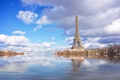 Vloedillustratie van de rivierzegen, de toren van Eiffel, Parijs stock foto's