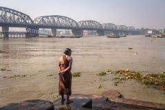 Vloedwater in de rivier van Ganges dichtbij Bally-brug Stock Foto's