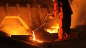 Vloeibaar metaal, smeltend metaal, het gesmolten metaal stock videobeelden