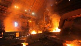 Vloeibaar metaal, smeltend metaal, het gesmolten metaal stock video
