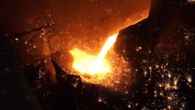 Vloeibaar metaal van hoogoven Vloeibaar ijzer van gietlepel in de staalfabrieken stock video