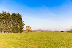Vloeibare die mestcontainer op groene weide in platteland wordt geparkeerd stock fotografie