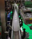 Vloeibare flessenvullen en verpakkingsmachine stock foto