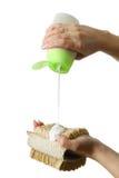 Vloeibare gelzeep en bast in handen Royalty-vrije Stock Foto