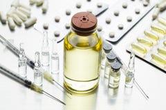 Vloeibare geneeskunde, ampullen, spuiten met naalden Stock Afbeelding
