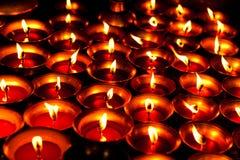 Vloeibare kaarsen in de donkere tempel van Shree Boudhanath Stock Foto's