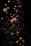 Vloeibare kleurendaling op zwarte achtergrond Stock Fotografie