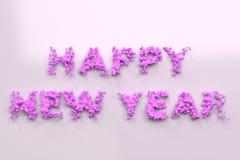 Vloeibare violette Gelukkige Nieuwjaarwoorden met dalingen op witte achtergrond Stock Fotografie