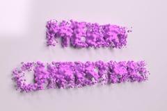 Vloeibare violette Vrolijke Kerstmiswoorden met dalingen op witte achtergrond Stock Foto