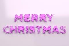 Vloeibare violette Vrolijke Kerstmiswoorden met dalingen op witte achtergrond Royalty-vrije Stock Afbeeldingen