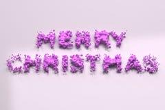 Vloeibare violette Vrolijke Kerstmiswoorden met dalingen op witte achtergrond Stock Fotografie