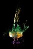 Vloeistof die neer in het glas valt Stock Foto