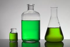 Vloeistof in laboratoriumflessen Wetenschappelijk biochemisch laboratorium Kleurrijke vloeistof royalty-vrije stock foto