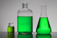 Vloeistof in laboratoriumflessen Wetenschappelijk biochemisch laboratorium Kleurrijke vloeistof royalty-vrije stock afbeelding
