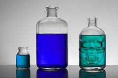Vloeistof in laboratoriumflessen Wetenschappelijk biochemisch laboratorium Kleurrijke vloeistof royalty-vrije stock fotografie