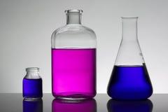 Vloeistof in laboratoriumflessen Wetenschappelijk biochemisch laboratorium Kleurrijke vloeistof royalty-vrije stock afbeeldingen