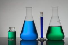 Vloeistof in laboratoriumflessen Wetenschappelijk biochemisch laboratorium Kleurrijke vloeistof royalty-vrije stock foto's