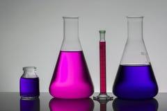 Vloeistof in laboratoriumflessen Wetenschappelijk biochemisch laboratorium Kleurrijke vloeistof stock afbeeldingen