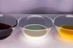 Vloeistoffen van verschillende kleuren in glasplaten stock foto