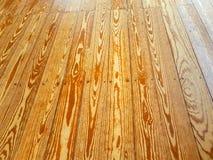 vloer die van houten raad met weerspiegelingen van de vernislaag wordt gemaakt stock foto's