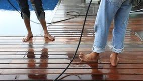 Vloer het schoonmaken met de straal van het hoge drukwater stock footage