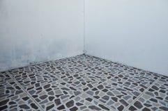 Vloer met tegels en blinde muurhoek voor achtergrond stock fotografie