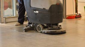 Vloer van de arbeiders de schoonmakende opslag met machine royalty-vrije stock afbeelding