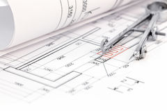 Vloerplan met gerold blauwdruk en tekeningskompas stock afbeelding
