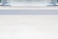 Vloertegel met glasdeuren die in het gebouw openen Royalty-vrije Stock Fotografie