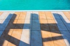 Vloertegels en zwembad royalty-vrije stock afbeelding