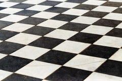 Vloertegels op een schaakbord het perspectief is zwart-wit stock afbeeldingen