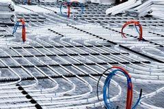 Vloerverwarmingssysteem met witte pijpen tijdens bouw stock fotografie