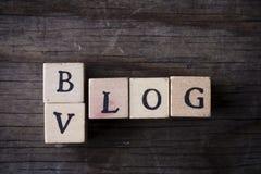Vlog-Blogname von den hölzernen Buchstaben Stockfotografie