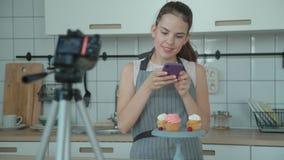 Vlog da pastelaria O pasteleiro toma a imagens no smartphone o capcake video estoque