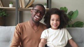 Vlog de enregistrement africain de fille de père et d'enfant parlant à la caméra banque de vidéos