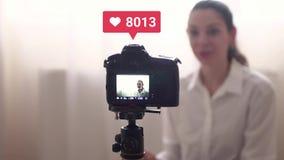Vlog de enregistrement de jeune jolie femme ou faire le virel vivant de courant et de aller avec le compteur aim? 4k banque de vidéos