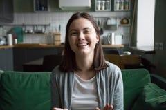 Vlog de risa sonriente de la grabación del blogger video milenario de la muchacha en Imagen de archivo libre de regalías