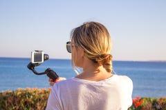 Vlog visuel de enregistrement de femme de voyage de portrait de Selfie au téléphone portable photo libre de droits