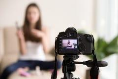 Vlog visuel femelle d'enregistrement de blogger de beauté photo stock