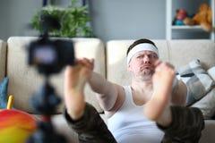 Vlogger畸形人显示他的照相机的订户 库存照片