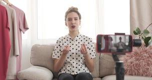 Vlogger讲话对新的礼服收藏在她的精品店 影视素材