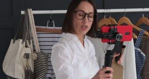 Vlogger που παρουσιάζει και που μιλά για το καθιερώνον τη μόδα εξάρτημα φιλμ μικρού μήκους