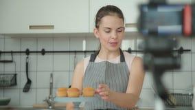Vlogger acoge con satisfacción a los seguidores del un blog culinario almacen de metraje de vídeo