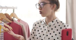 Vlogger adolescente de la moda que registra un vídeo de la nueva colección del vestido almacen de video
