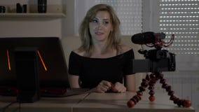 Vlogger bonito novo da mulher do empresário que senta-se no escritório e no curso de gravação para seu vlog video - vídeos de arquivo
