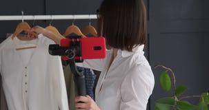 Vlogger de la moda que registra un vídeo del equipo y del accesorio de moda almacen de metraje de vídeo