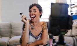 Vlogger di bellezza che registra il suo video episodio del blog immagine stock