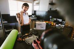 Vlogger a excité au-dessus du nouveau produit de vêtements de sport photos stock