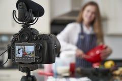 Vlogger fêmea que faz o vídeo social dos meios que cozinha aproximadamente para o Internet imagens de stock royalty free