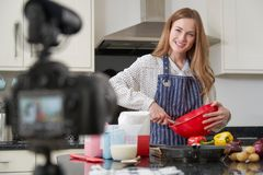 Vlogger f?mea que faz o v?deo social dos meios que cozinha aproximadamente para o Internet imagem de stock royalty free